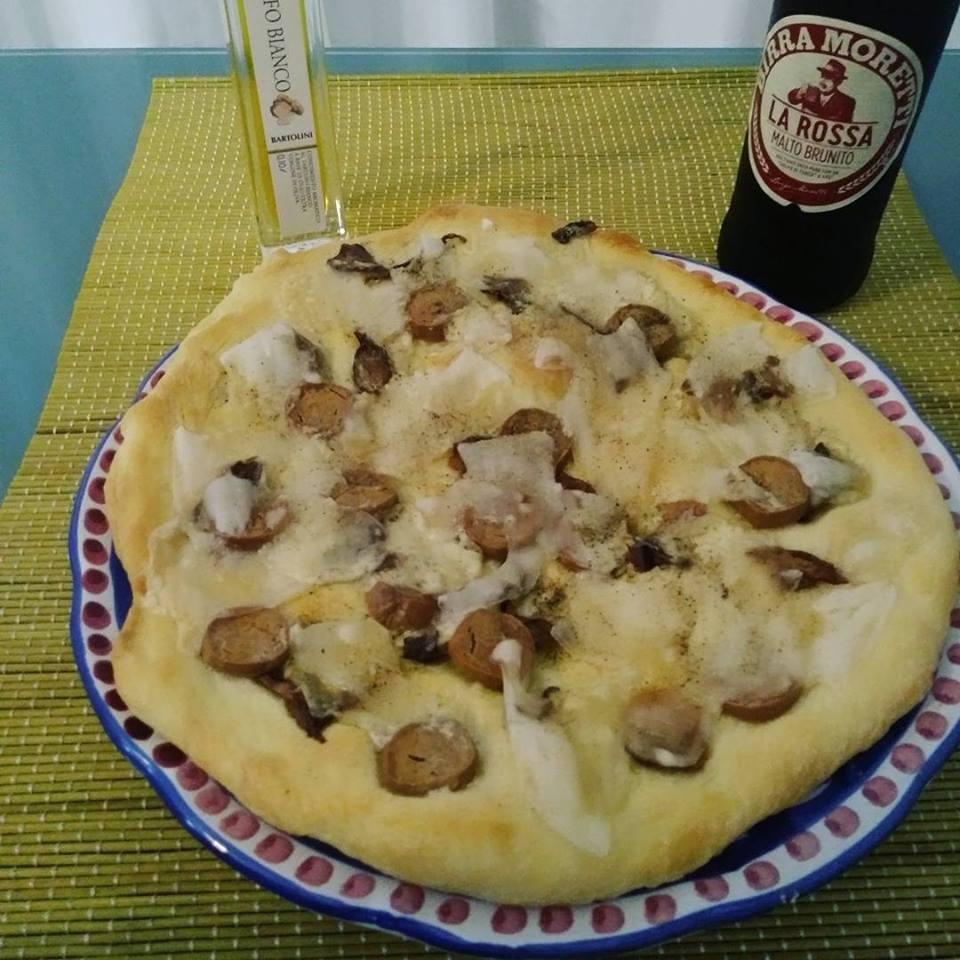 Pizza con funghi porcini e würstel vegan