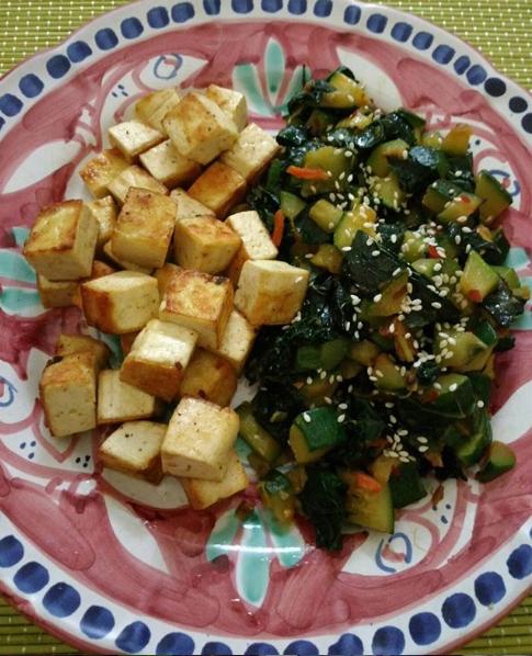 Tofu in padella con zucchine